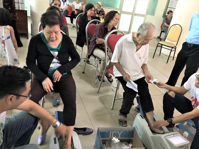 Người tham dự được đo loãng xương tại hội thảo.