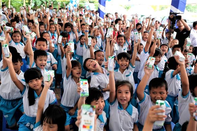 ác em nhỏ hào hứng với ly sữa trên tay tại Lễ trao tặng 87.000 ly sữa tương đương 550.000.000 đồng tại Cần Thơ vào ngày 25/10/2016