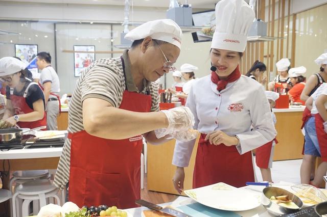 """Món Salad khoai chiên cá hồi có """"một không hai"""" tại Ajinomoto Cooking Studio"""