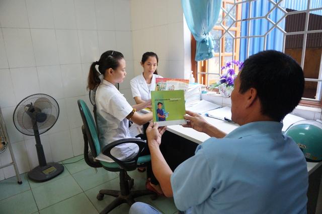 Trung tâm Y tế huyện Đồng Hỷ (Thái Nguyên) hàng ngày thực hiện nhiệm vụ tư vấn những người điều trị Methadone có HIV cách phòng, chống lây nhiễm trong cộng đồng. ảnh: T.G
