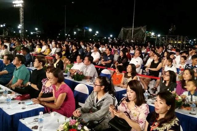 Hơn 20 nghìn người đã đến tham dự chương trình Rực rỡ Hạ Long 2017. Ảnh: Đ.Tuỳ