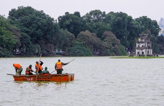 Công việc nạo vét Hồ Gươm đang được tiến hành cẩn trọng và an toàn. Ảnh: K.O