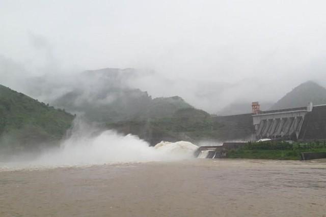 Mở cửa xả đáy thủy điện Sơn La. Ảnh:TL