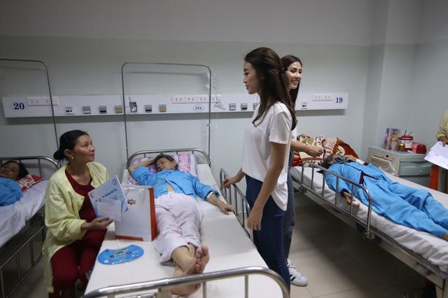 Hoa hậu Đỗ Mỹ Linh thăm hỏi bệnh nhân ung thư tại BV Ung bướu Đà Nẵng...