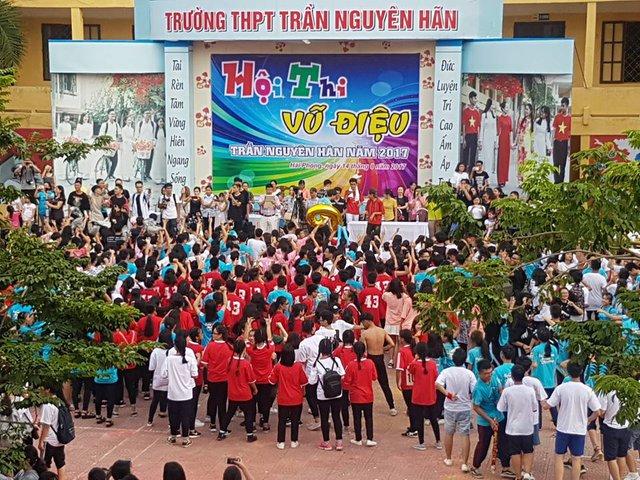 Cả sân trường THPT Trần Nguyên Hãn bỗng chốc sôi động, thân thiện và gắn kết. Ảnh: ML