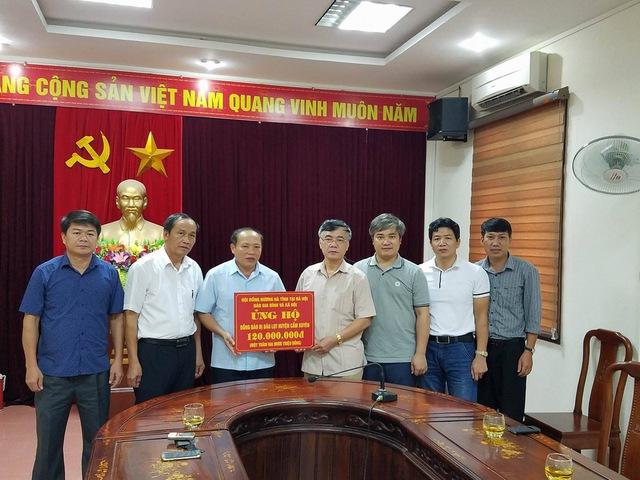 Đoàn cứu trợ trao 120 triệu đồng cho huyện Cẩm Xuyên khắc phục hậu quả cơn bão số 10.