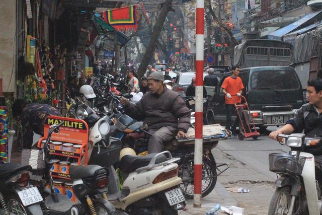 Tình trạng lấn chiếm vỉa hè ở khu vực phố cổ chưa được giải quyết triệt để. Ảnh: H.Phương