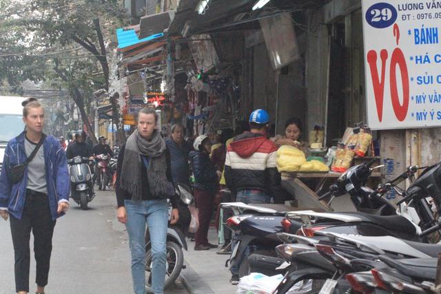 Lương Văn Can là một trong những đường phố được lực lượng chức năng đòi vỉa hè quyết liệt chiều ngày 27/2. Chiều nay, vỉa hè con phố này lại đâu vào đấy. Xe máy, quầy ăn uống đẩy du khách xuống lòng đường.