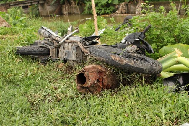 Phía trên bờ mương chiếc xe máy của nạn nhân bị hư hỏng nặng