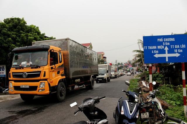 Vụ tai nạn thu hút nhiều người dân theo dõi và gây ác tắc đường giao thông
