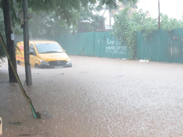 Một chiếc xe không thể di chuyển được trong cơn mưa lớn.
