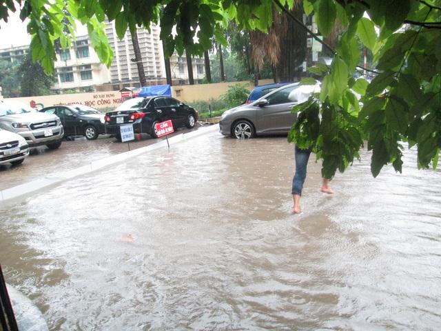 Cổng Viện Khoa học Công nghệ được quây chắn đế tránh nước ngập vào bên trong.