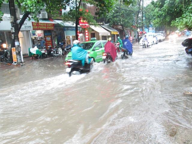 Những cơn mưa kéo dài từ sáng đến đầu chiều khiến đường phố Hà Nội bị ngập úng nhiều nơi.