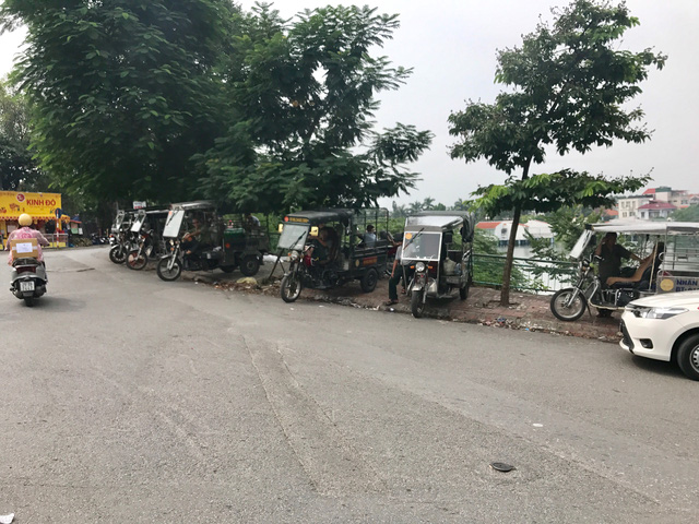 Xe 3 bánh tự chế để chở hàng trong nội đô Hà Nội phát triển ồ ạt gây ra nhiều bất ổn giao thông khi xe tải nhẹ bị hạn chế hoạt động ban ngày bởi Quyết định 06/2013.