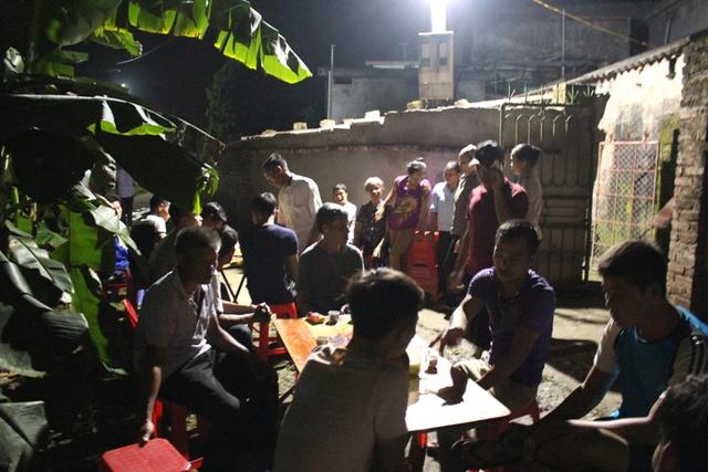 Mặc dù lễ tang diễn ra vào lúc đêm muộn, nhưng có rất đông họ hàng, hàng xóm đến hỏi thăm động viên, chia buồn. Ảnh: Đ.Tuỳ