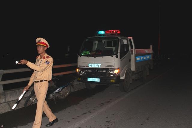 Lực lượng CSGT huyện Ninh Giang có mặt tại hiện trường tiến hành phân luồng giao thông