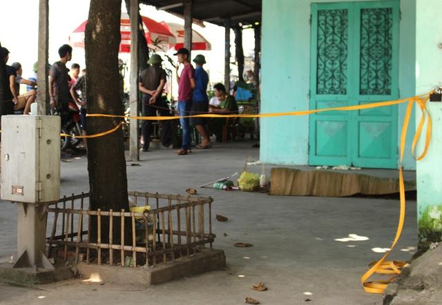 Khoảng 6h sáng nay gia đình ông Cao phát hiện xác thanh niên nằm tử vong trước cửa nhà