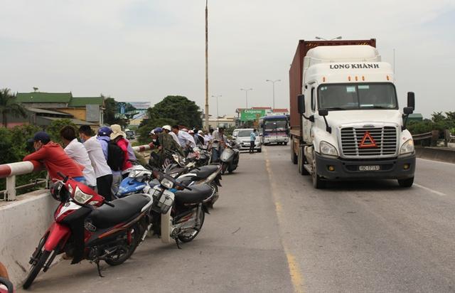 Nhiều người dân đứng dọc 2 bên cầu Lai Vu theo dõi. Ảnh: Đ.Tuỳ