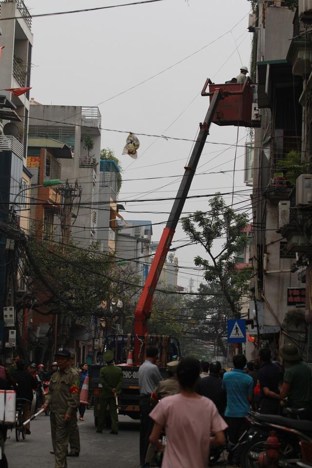 Lực lượng chức năng tiến hành tháo gỡ biển quảng cáo lấn chiếm trên đường Đê La Thành.