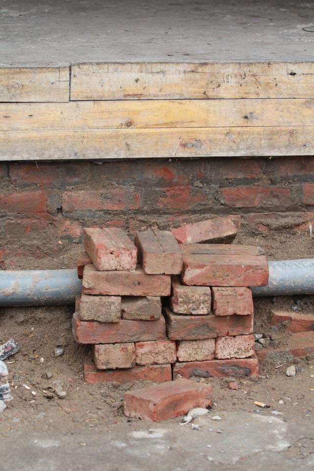 Gạch cũng được trưng dụng.