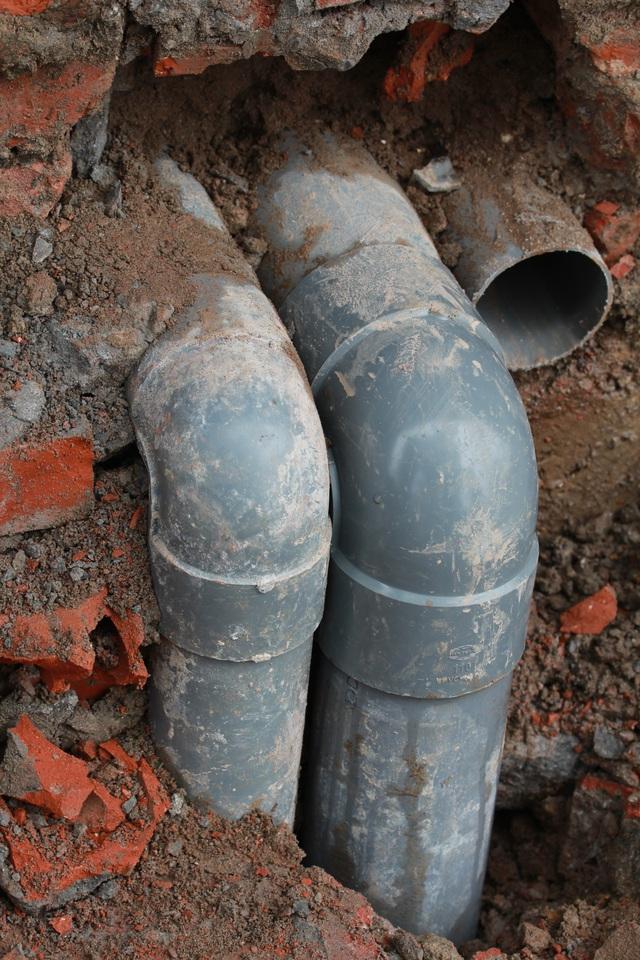Sau khi các bậc tam cấp bị đập bỏ, lộ ra nhiều ống thoát nước vệ sinh rất mất mỹ quan.