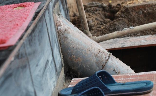 Những ống thoát nước đâm tua tủa ra mặt vỉa hè trên đường Xã Đàn.