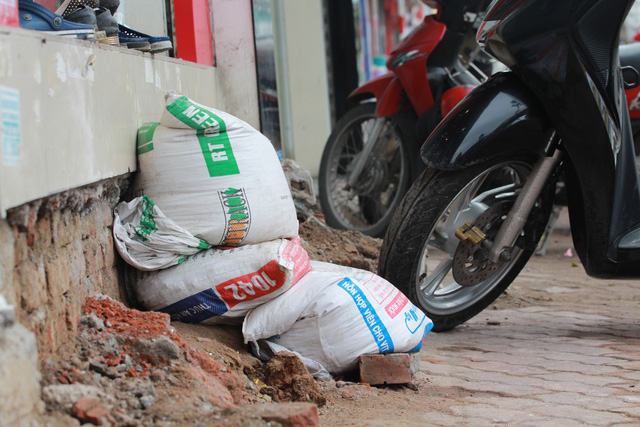 Tuy nhiên, vẫn còn những chủ nhà vẫn làm theo cách đối phó. Đối với những trường hợp này, UBND phường Nam Đồng cho biết trong thời gian tới sẽ tiếp tục có biện pháp xử lý, tuyên truyền và nhắc nhở người dân thực hiện nghiêm quy định, không tái lấn chiếm vỉa hè.