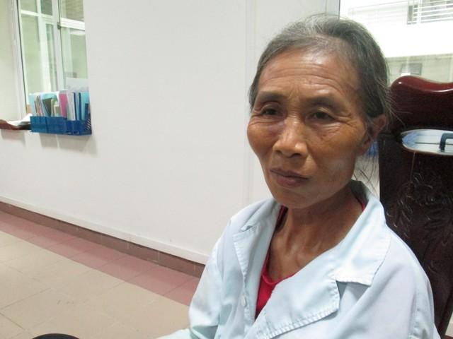 Bà Nhị (bà ngoại bé Nhâm) chia sẻ với PV tại bệnh viện. Ảnh: Nông Thuyết