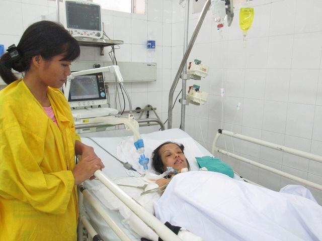 Chị Chung nằm viện trong tình cảnh chỉ có người chị dâu ở bên cạnh chăm sóc. Ảnh: Nông Thuyết