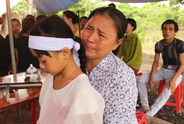 Người thân khóc ngất trước tai nạn không may đến với chị Tâm. Ảnh: Đ.Tùy