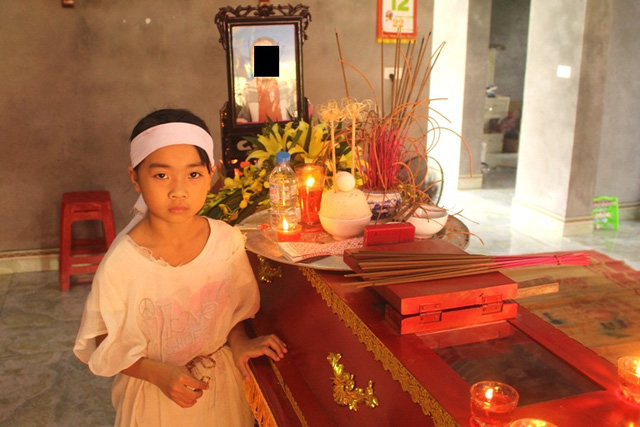 Cháu Ngọc Linh (con gái lớn nạn nhân) bên di quan của mẹ. Ảnh: Đ.Tùy