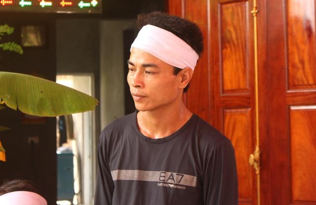 Anh Lê Đình Hùng (chồng nạn nhân) đau xót bên bàn thờ của vợ. Ảnh: Đ.Tùy