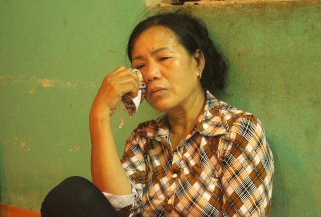 Người thân nạn nhân khóc ngất khi biết tin chị Thanh và cháu Phong gặp nạn. Ảnh: Đ.Tùy