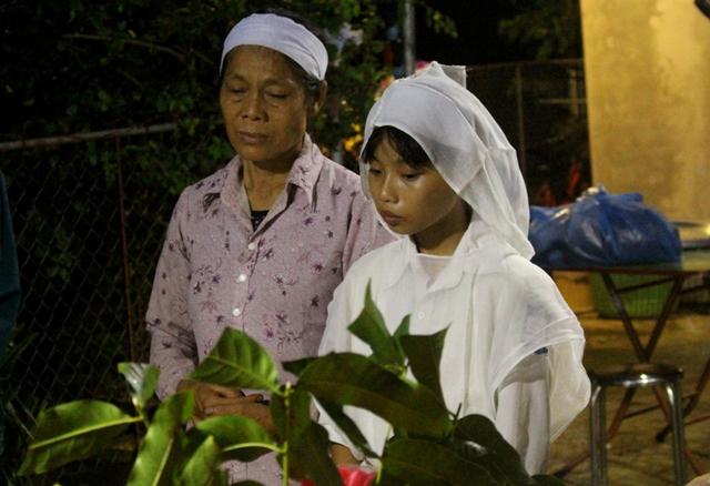 Con gái chị Thanh trong lễ tang của mẹ và em trai. Ảnh: Đ.Tùy