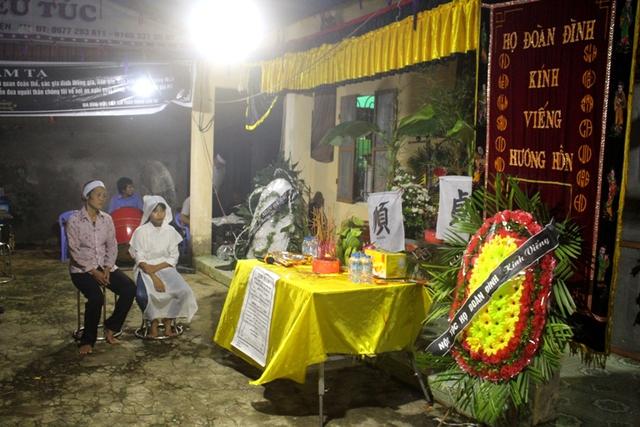 Lễ tang của 2 mẹ con chị Thanh giữa đêm khuya. Ảnh: Đ.Tùy
