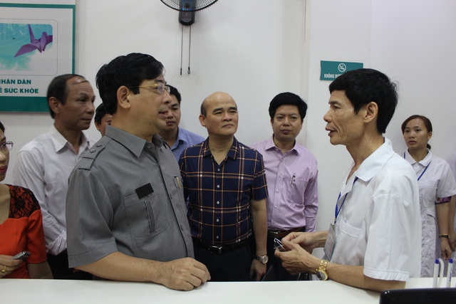 Cục trưởng Cục quản lý Khám, chữa bệnh Lương Ngọc Khuê đang trao đổi với ông Lê Quang Sơn, BS phụ trách chuyên môn của PK Đa khoa Thiện Tâm