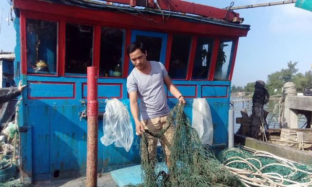 Dù đã cố gắng giặt nhưng lưới của nhiều ngư dân vẫn dính chặt bùn lạ. Ảnh: L.C
