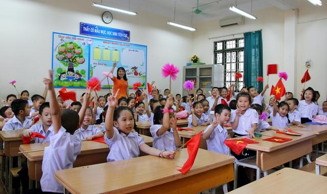 Học sinh lớp 1 háo hức trước giờ khai giảng năm học 2017 - 2018