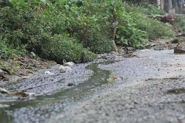 Vào mùa mưa, đoạn đường này không khác gì ao tù. Nước không thể thoát do hệ thống cống quá yếu, các phương tiện đi lại rất khó khăn.