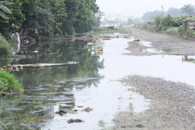 Việc dừng thi công một thời gian khiến cho cả đoạn đường bị ngập nước, gây ô nhiễm môi trường nghiêm trọng, giao thông ách tắc.
