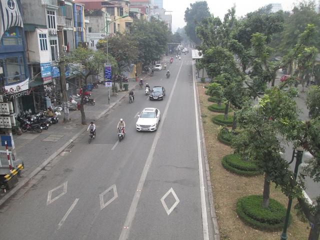 Làn đường dành cho xe buýt nhanh không bị lấn chiếm như ngày thường.