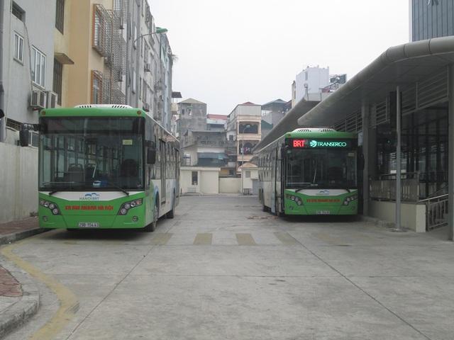 Lượng xe tại bến xe Kim Mã luôn sẵn sàng để phục vụ hành khách.