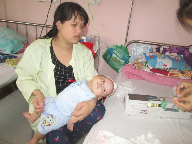 Từ tháng thứ 3, bé Bảo Long thường xuyên khóc thét như cơ thể đang bị vật gì làm đau đớn. ẢnhL Ngọc Thi