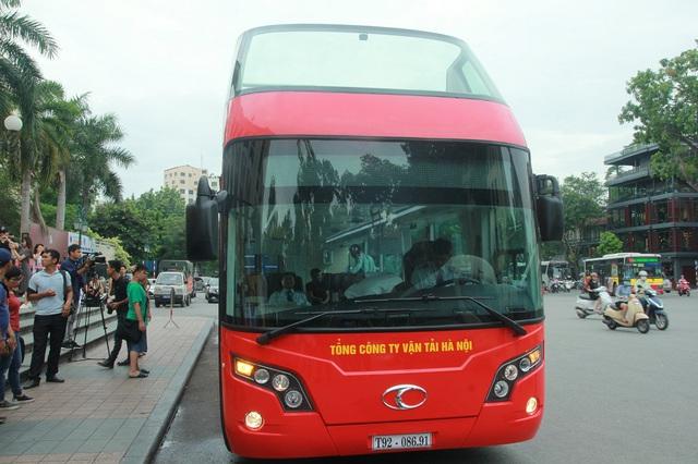 Chiếc xe buýt 2 tầng trong buổi thử nghiệm tại Hà Nội sáng nay. Ảnh: Cường Ngô