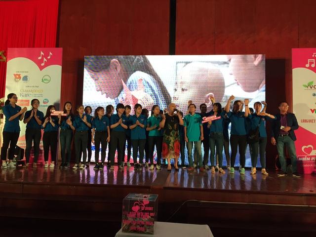 Các nghệ sĩ, bệnh nhân cùng thanh niên tình nguyện hát vang MV Khúc ca yêu cuộc đời