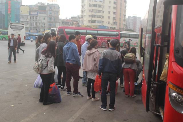 Các nhà xe liên tục trả khách, hàng nghìn người tay xách nách mang, vội vã đón xe về nơi ở của mình.