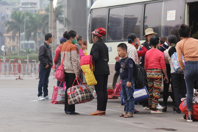 Nhiều người mang theo đồ đạc lỉnh kỉnh trở lại Thủ đô.