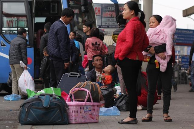 Ngồi trên xe nhiều giờ, người dân cảm thấy mệt mỏi khi trở lại thành phố sau kì nghỉ Tết dài ngày.