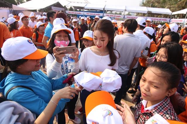 ...Hoa hậu Đỗ Mỹ Linh trong vòng vây bạn trẻ hâm mộ.