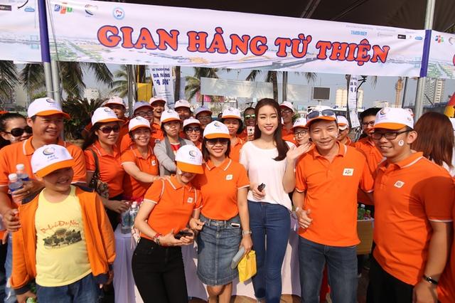 Hoa hậu Đỗ Mỹ Linh bên gian hàng từ thiện.